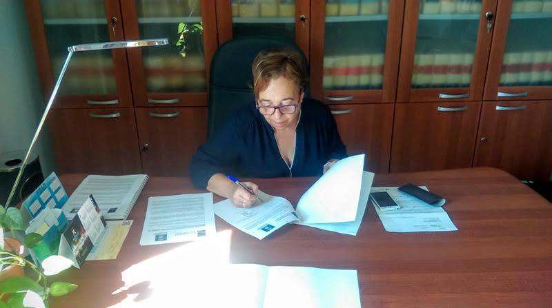 La alcaldesa de Somontín, Mercedes Navío, en el momento de la firma